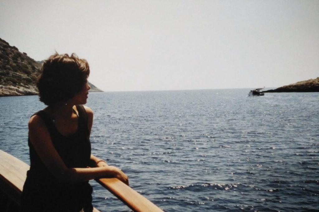 船の甲板で海を眺める