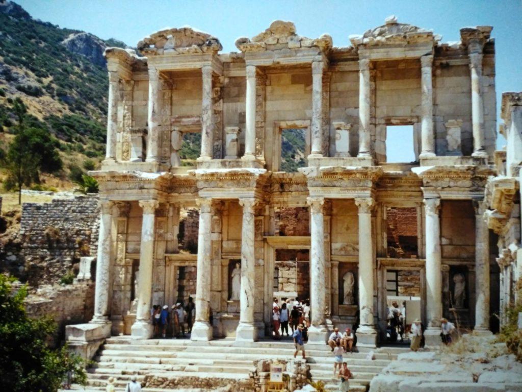 ローマ時代の世界遺産エフェソスの巨大図書館跡