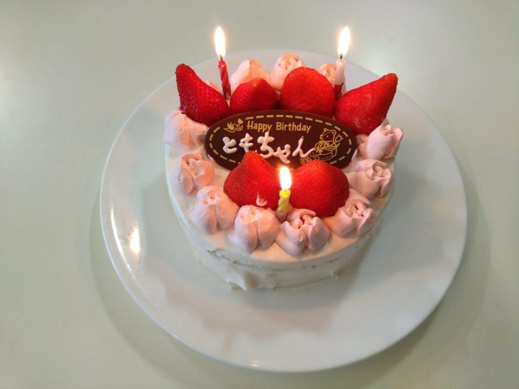 バラ型のホイップのデコが可愛いバースデーケーキ