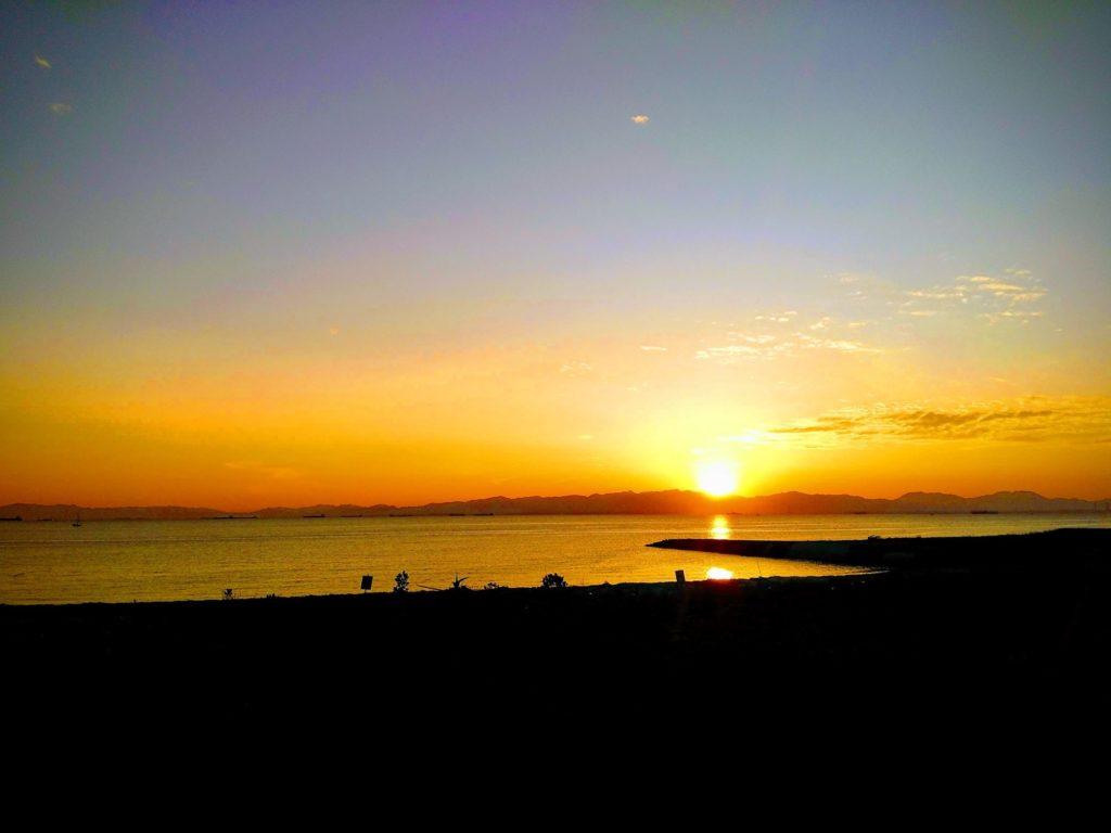 常滑から見た海の向こうの対岸に沈む夕日