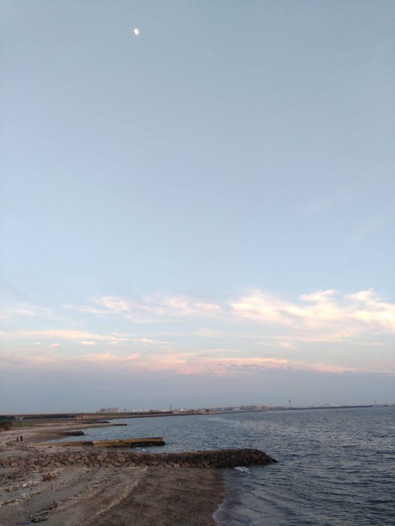 夕焼け間近の海とぽっかり浮いた半月