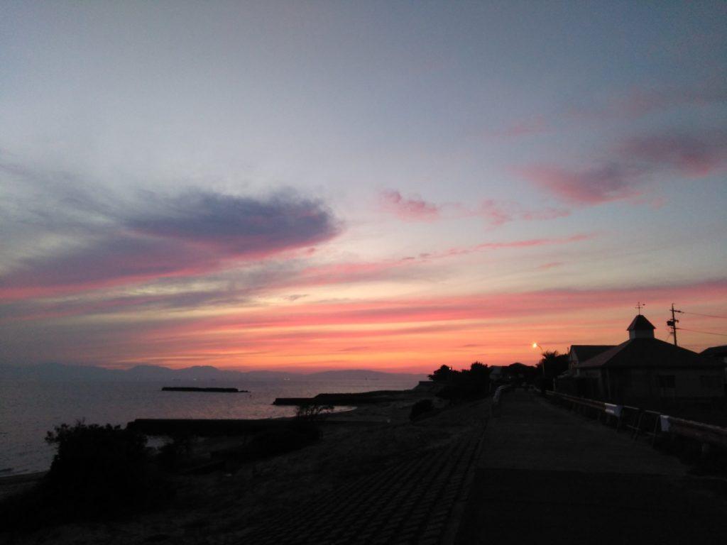 夕焼けで赤く染まる海