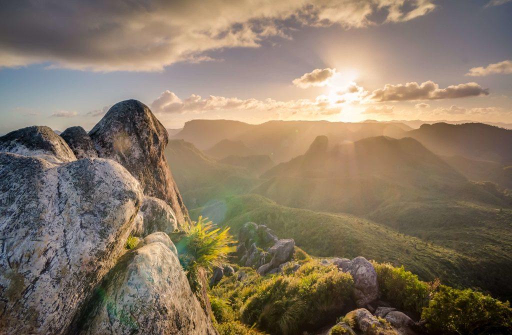 山の頂上からみる幻想的な朝日