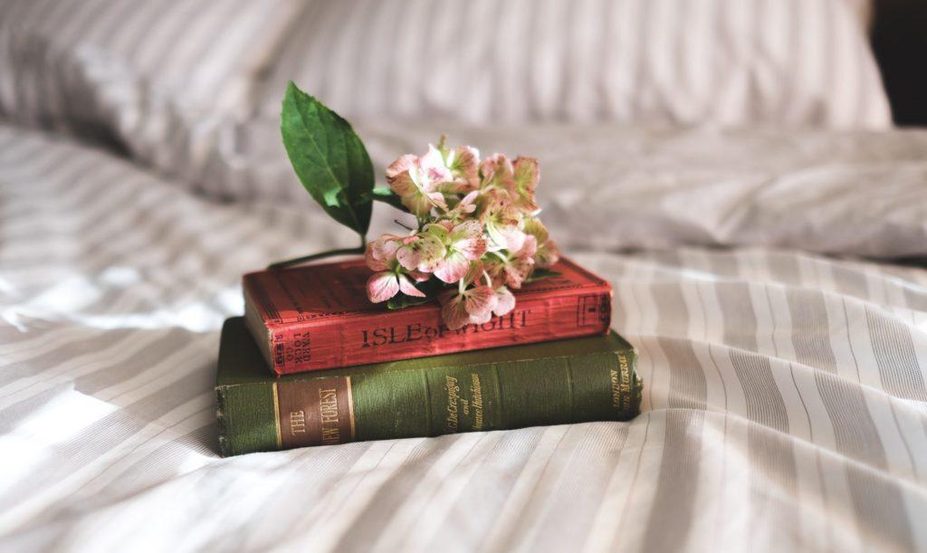 ベッドの上の本とお花
