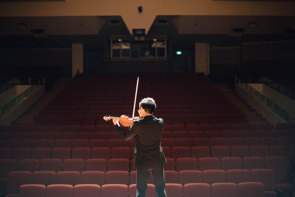 ステージに一人で立つ