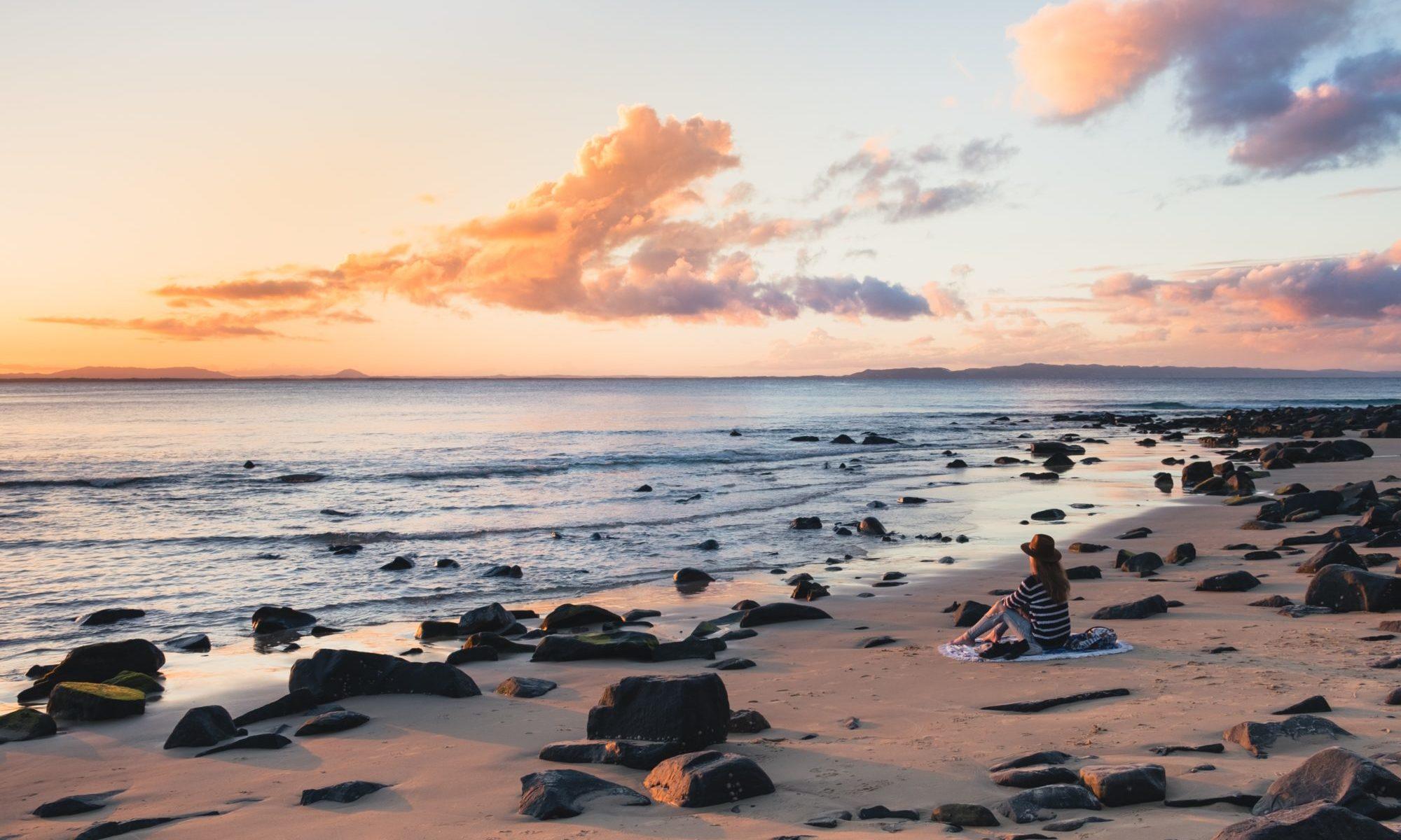 海岸で佇む女性