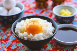 炊きたてご飯に卵