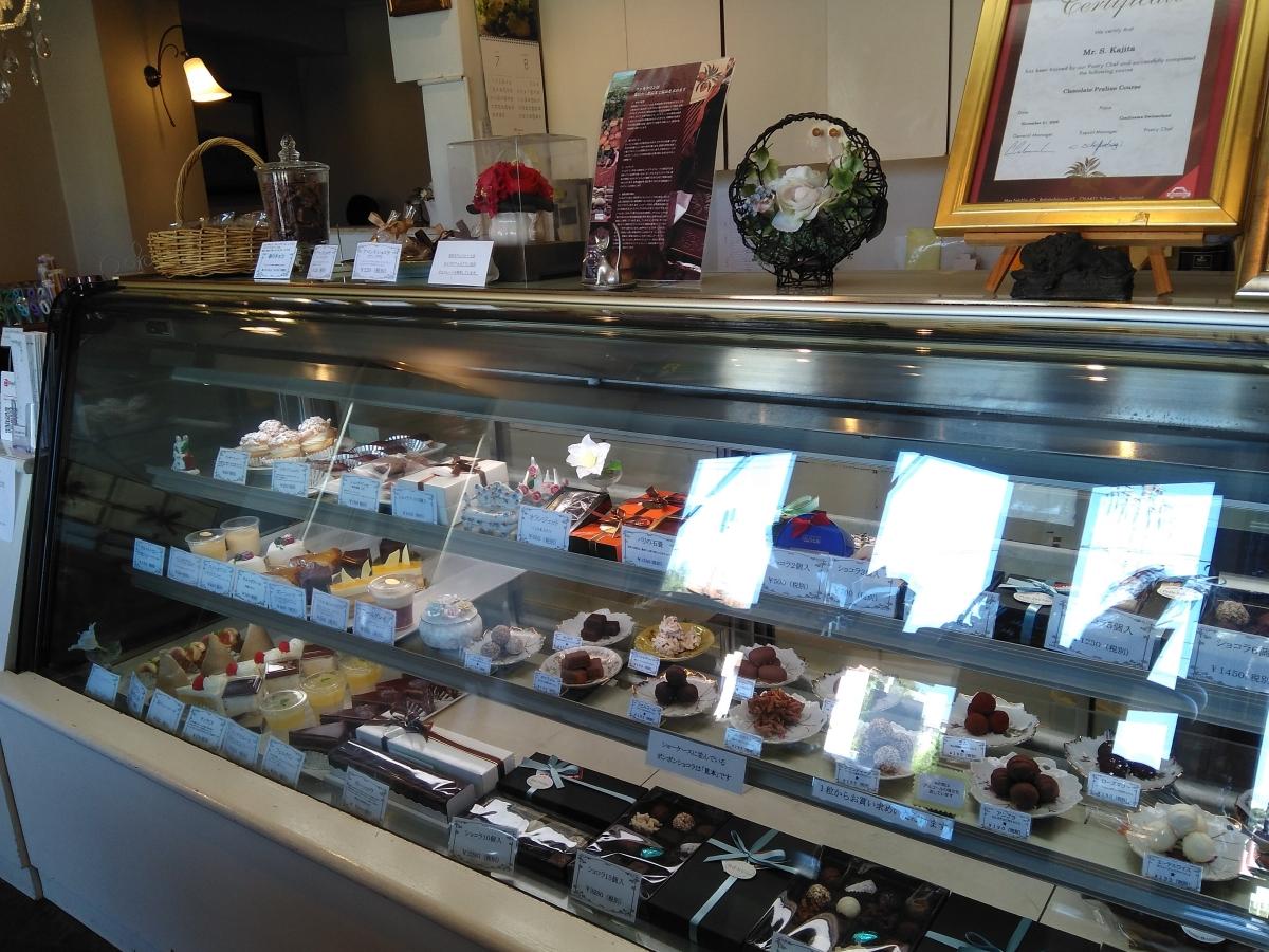 チョコレートとケーキのお店 Perle Felchlin(ペルル フェルクリン) ショーケース