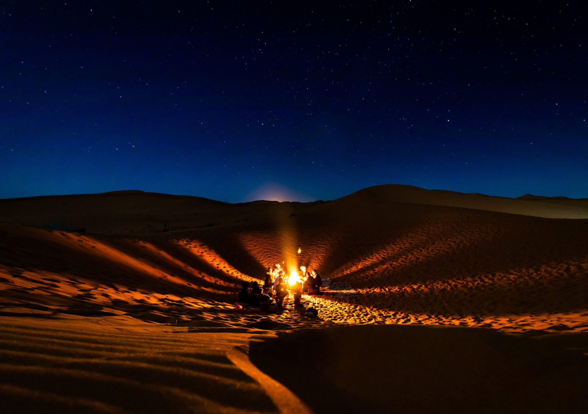 砂漠の真ん中で食事